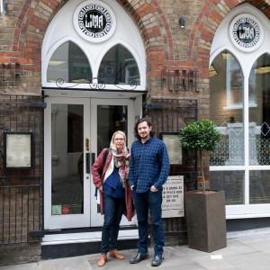 Zusammen mit Gabriel Gonzalez, Manager der beiden Restaurants Lima London und Lima Floral vor dem Stammhaus am Rathbone Place