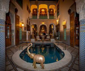 bb_2344_innenhof_abendstimmung_pool_riad_hotel_arabesque_fes_marokko